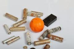 Spędzone baterie i zatarta mandarynka Przetwarzać jałowe baterie na rowerze ekologicznej energii & oznaczają organy kanałowej prz fotografia stock