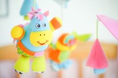 Spädbarn behandla som ett barn roliga toys Arkivbild