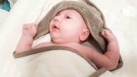 Spädbarn efter ett bad royaltyfria foton
