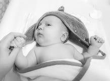 Spädbarn efter ett bad royaltyfri bild