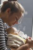 Spädbarn för mammainandningbarn under ett år Royaltyfri Foto