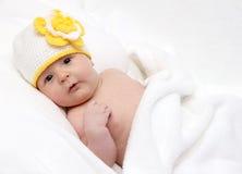 Spädbarn ligger på baksida Arkivbilder