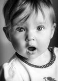 Spädbarn med blick av under Royaltyfria Foton