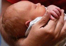 spädbarn s för faderhandholding Royaltyfria Bilder