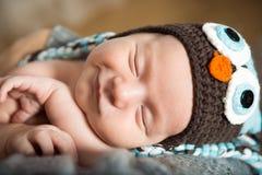 spädbarn Stående av ett härligt litet barn behandla som ett barn att le Royaltyfria Foton