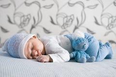spädbarn Stående av ett härligt litet barn behandla som ett barn att le Royaltyfri Foto