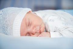 spädbarn Stående av ett härligt litet barn behandla som ett barn att le Arkivfoto