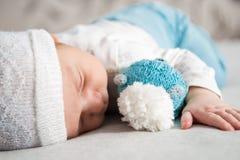 spädbarn Stående av ett härligt litet barn behandla som ett barn att le Fotografering för Bildbyråer