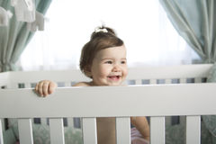 Spädbarnet behandla som ett barn att vila, och spela i hans litet behandla som ett barn Arkivfoto