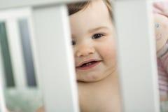 Spädbarnet behandla som ett barn att vila, och spela i hans litet behandla som ett barn Arkivbilder