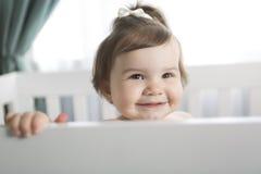 Spädbarnet behandla som ett barn att vila, och spela i hans litet behandla som ett barn Arkivbild
