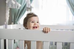 Spädbarnet behandla som ett barn att vila, och spela i hans litet behandla som ett barn Fotografering för Bildbyråer