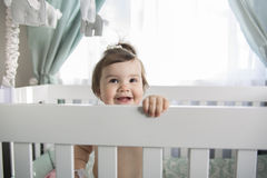 Spädbarnet behandla som ett barn att vila, och spela i hans litet behandla som ett barn Royaltyfria Bilder