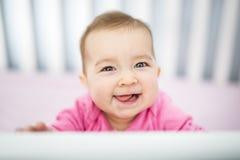 Spädbarnet behandla som ett barn att vila, och spela i hans litet behandla som ett barn säng Royaltyfri Fotografi
