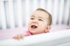 Spädbarnet behandla som ett barn att vila, och spela i hans litet behandla som ett barn säng Royaltyfri Bild