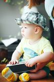 Spädbarnet behandla som ett barn barnpojkehalvåret som är gammalt med den solida högtalaren Royaltyfri Foto