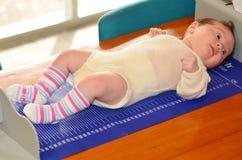 Spädbarnet behandla som ett barn kropphöjdundersökning royaltyfri bild