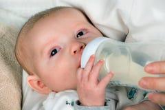Spädbarnet behandla som ett barn matning Arkivbild