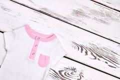 Spädbarnet lurar gullig sommarkläder Arkivfoton