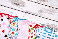 Spädbarnet lurar mjuk mönstrad dräkt Royaltyfri Bild