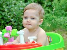 Spädbarnlekar i gatan Fotografering för Bildbyråer