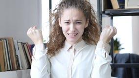 Spänd ilsken kvinna som argumenterar och att skrika, inomhus kontor Arkivbild