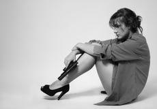 Spänd kvinna med en handeldvapen Royaltyfri Fotografi