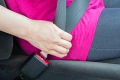 Spänna fast bilbältet Arkivbild