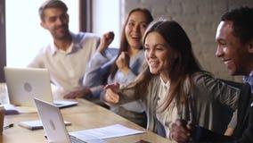 Spännande arbetaraktiegoda nyheter med lyckliga lagkamrater firar seger lager videofilmer