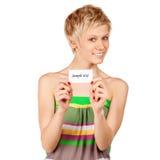 Spännande kvinna som visar det tomma blanka paper kortet Arkivbild