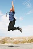 spännande lycklig banhoppning för luftaffärsman royaltyfri bild