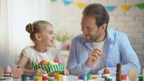 Spännande med påskförberedelsedottern som kysser fadern på kind, samhörighetskänsla stock video