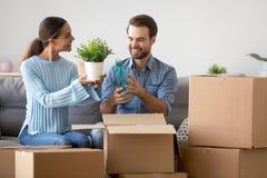 Sp?nnande par packar upp askar som sitter p? soffan fotografering för bildbyråer