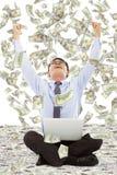 Spännande unga affärsmanlönelyfthänder med pengar Arkivbilder