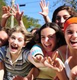 spännande unga gruppkvinnor royaltyfri foto