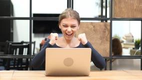 Spänning av framgång av flickan som arbetar på bärbara datorn, Front View Royaltyfria Bilder