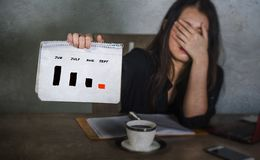 Spänning för aktiemarknad för visning för diagram för graf för frustrerad för affärskvinnaledare fördjupning för lidande hållande arkivfoto