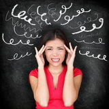 Spänning - kvinna som är stressad med huvudvärk
