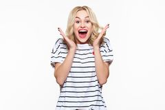 Spänning och häpnad Attraktiv ung kvinna som skriker med glädje, med ögon som är fulla av lycka, upphetsat royaltyfria foton