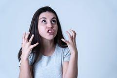 Spänning och mentala hälsor, härlig ung kvinna med den ilskna framsidan som ser rasande och desperat arkivfoto