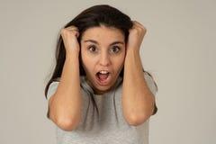 Spänning och mentala hälsor, härlig ung kvinna med den ilskna framsidan som ser rasande och desperat arkivfoton