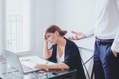Spänning på arbete, emotionellt tryck, det ilskna framstickandet och tröttad olycklig anställd royaltyfri foto