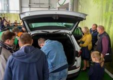 Spänningen av en ny bilmodell Royaltyfri Foto