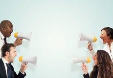 Spänningsbegrepp med skrikiga businesspeople För män kvinnor kontra arkivbild
