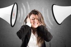 Spänningsbegrepp med skrikiga kollegor fotografering för bildbyråer