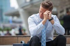 Spänningsmannen som bara sitter på den utomhus- trappan Ungt övergett gråta för affärsman förlorade i fördjupning arkivfoton