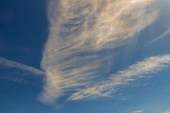 Spärliche Wolken im Morgenhintergrund des blauen Himmels Flaumige Wolken Stockfotos