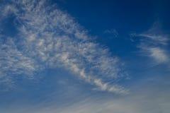 Spärliche Wolken im Morgenhintergrund des blauen Himmels Flaumige Wolken Stockfoto
