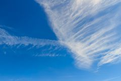 Spärliche Wolken im Morgenhintergrund des blauen Himmels Flaumige Wolken Lizenzfreies Stockbild