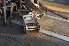 Spärrhjulen binder besegrar sammanträde på trä Royaltyfri Foto